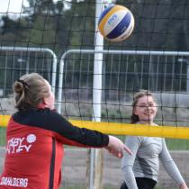 Flickor spelar beachvolleyboll i Täby Park